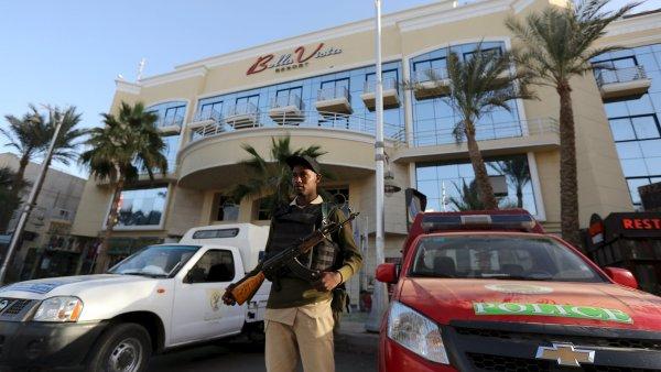 Bezpe�nostn� s�ly hl�daj� vstup do Bella Vista Hotel v egyptsk� Hurghad�.
