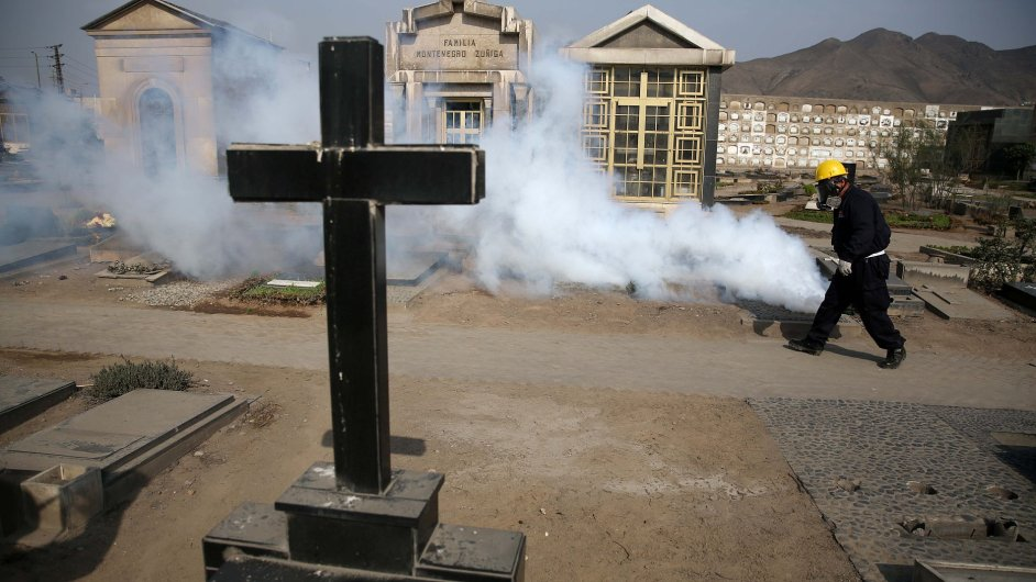 Zdravotnický pracovník zabraňuje dalšímu šíření viru zika. Čistí hřbitov El Angel v Limě