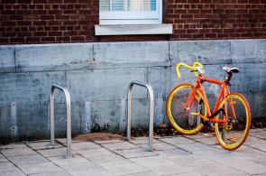 Na kole snadno, rychle a stylov�: Bikesharing m� v ulic�ch �esk�ch m�st zelenou (a r�ovou)