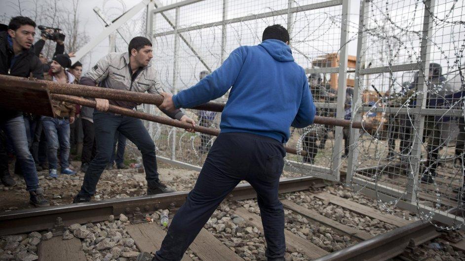 Uprchlíci prolomili hraniční přechod na řecko-makedonské hranici.