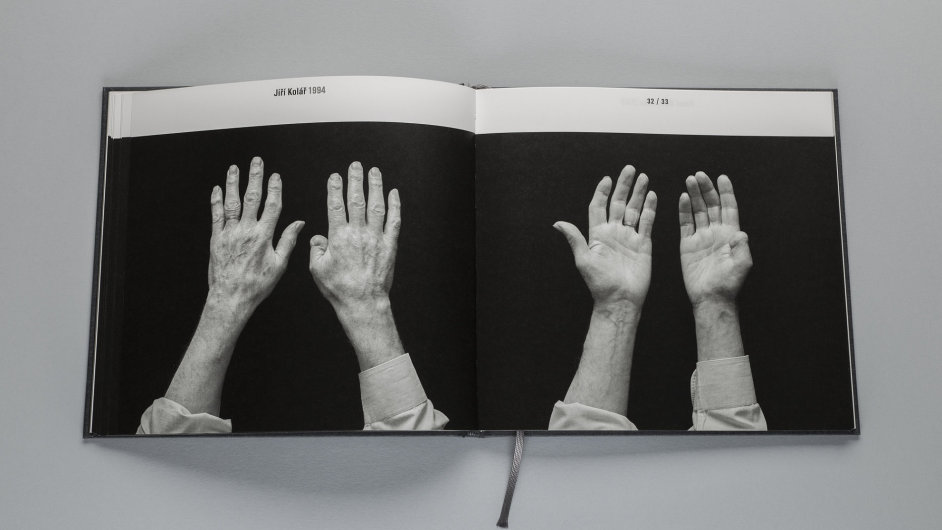 Na snímku z knihy jsou ruce Jiřího Koláře.