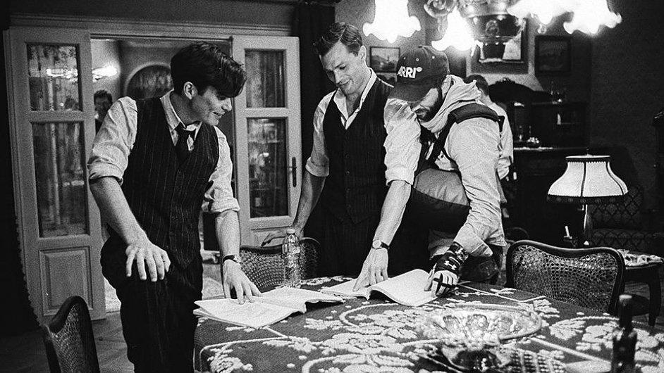 Cillian Murphy, Jamie Dornan a režisér Sean Ellis při natáčení filmu Anthropoid.