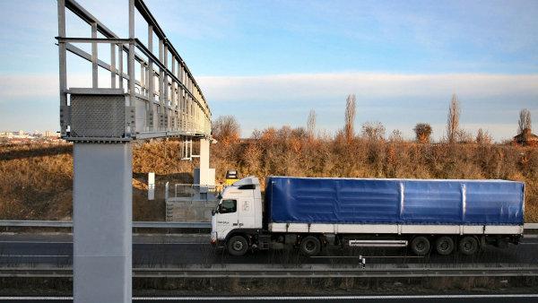 Kamion projíždí mýtnou bránou.