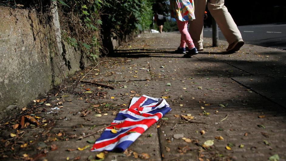 Britská vlajka ležící na zemi, brexit, Velká Británie - ilustrační foto