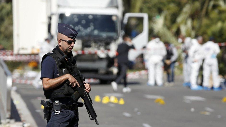 Francouzští vojáci hlídkují v uzavřené zóně Nice po teroristickém útoku, který si v přímořském městě vyžádal nejméně 84 obětí.