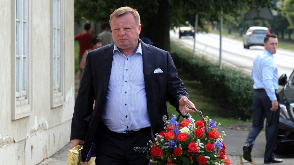 Dárek pro Martina: Včervnu Fiľo pogratuloval prezidentskému poradci Martinovi Nejedlému, který slavil naPražském hradě.