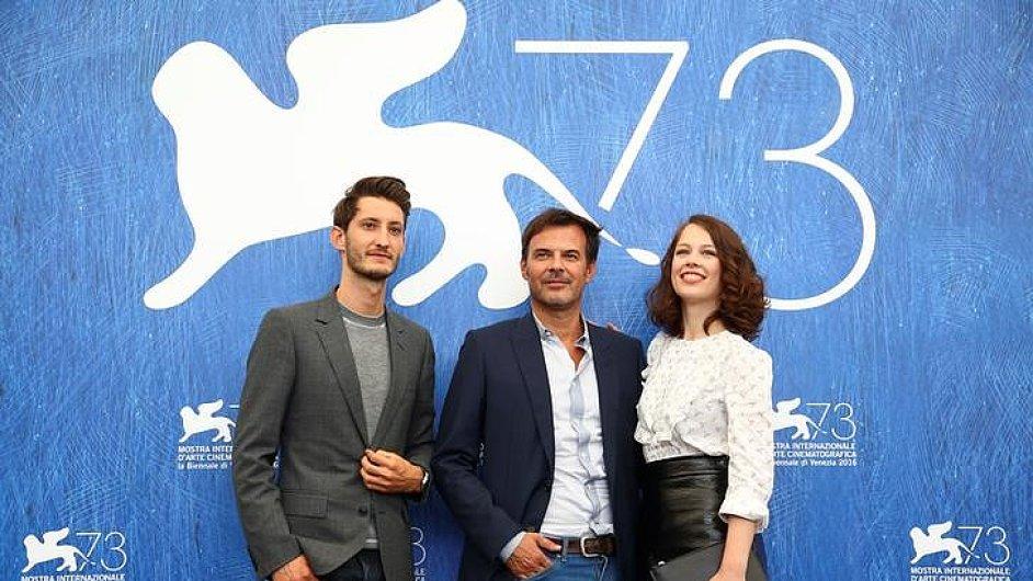 Na snímku z Benátského filmového festivalu je režisér François Ozon (uprostřed) s herci Pierrem Nineym a Paulou Beerovou.