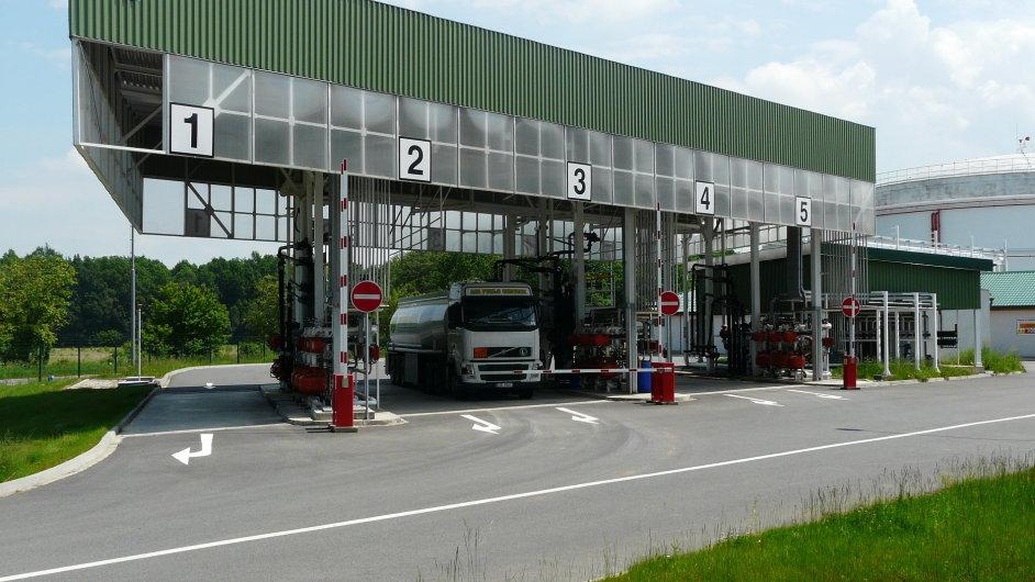 Skladovací nádrže společnosti Čepro v Loukově.