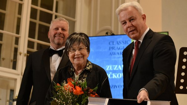 Na snímku ze sobotního předávání cen Classic Prague Awards je cembalistka Zuzana Růžičková (uprostřed).