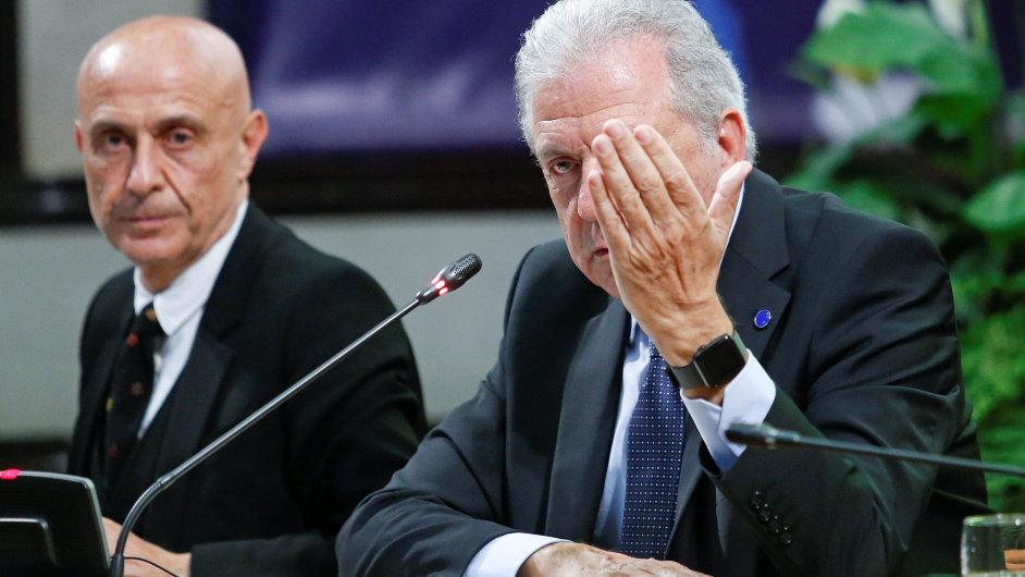 Italský ministr vnitra Marco Minniti (vlevo).
