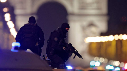 Okoli_Vitezneho_oblouku_v_centru_Parize_obsadila_po_vrazednem_utoku_policie.jpg