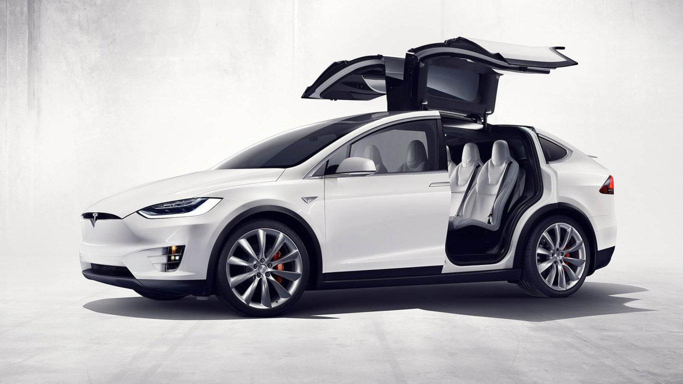 Nový elektromobil Tesla Model X předvádí neortodoxní přístup knastupování. Nazadní místa se snadno usedá díky elektricky výklopným křídlovým dveřím. Ty jsou navíc vybaveny čidly, takže nehrozí,
