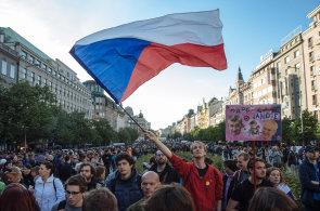 Proti Babišovi a Zemanovi se protestovalo v sedmi městech. Na Václavském náměstí se sešlo až 30 tisíc lidí