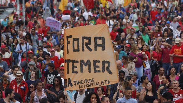 Demonstrace v Brazílii probíhaly i minulý rok a sesadily prezidentku Rousseffovou. Tentokrát o prezidentský post nejspíše přijde nový prezident Temer.