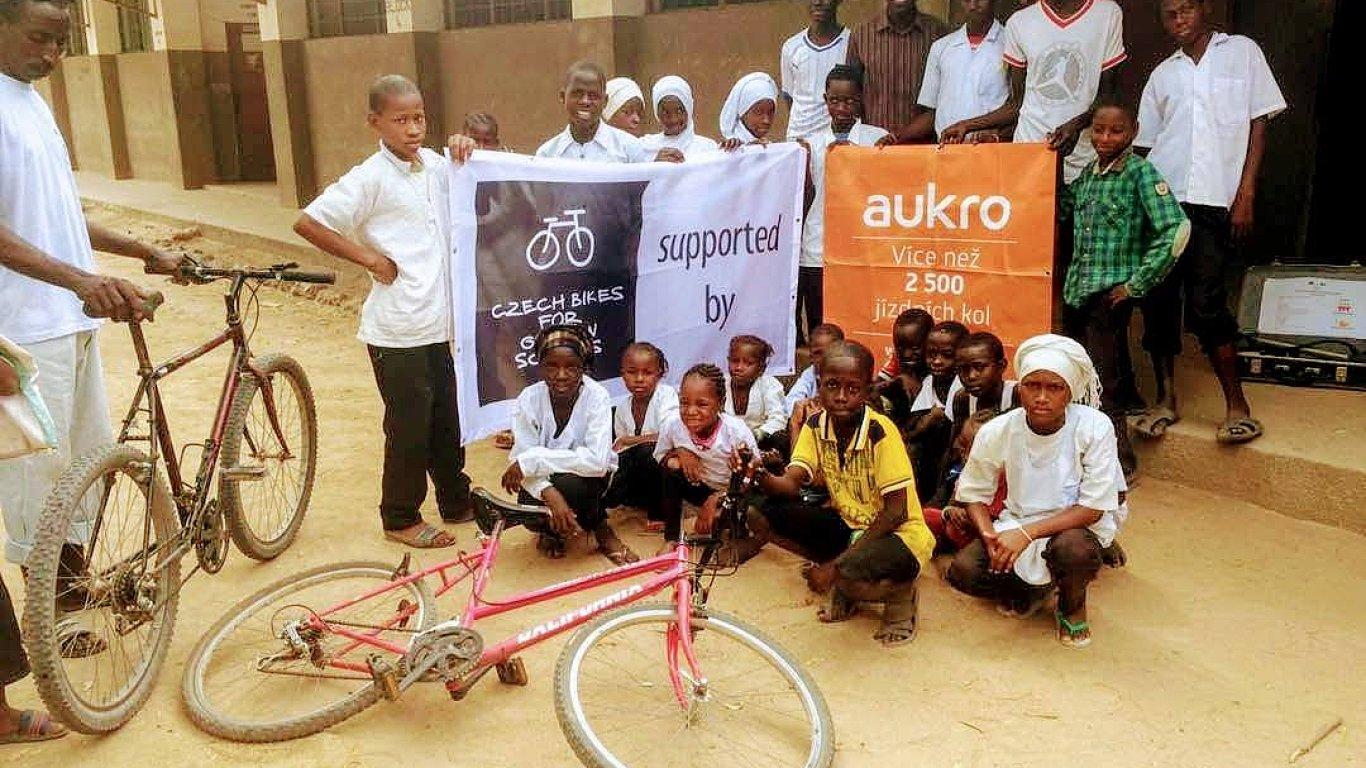 Děti z Gambie získaly kola z České republiky.