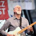 Recenze: Kytarista Scofield hrál na Bohemia Jazz Festu nadupaný bigbít, samply vytvářel na místě