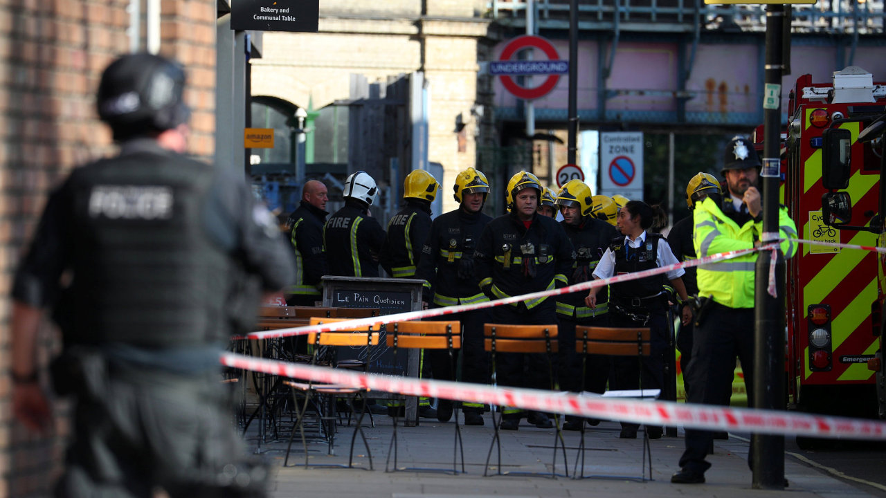 U vagonu zasaženého explozí zasahovali hasiči, policie i záchranné složky.