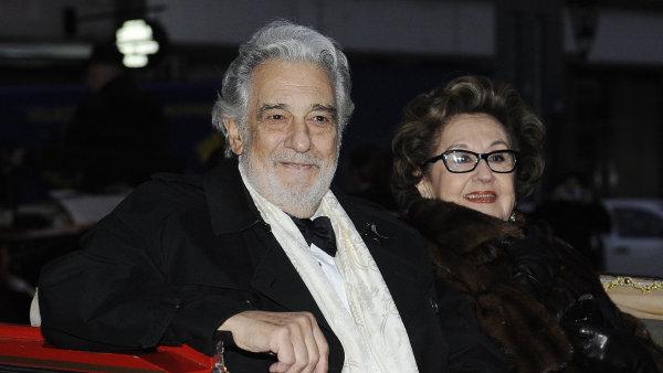Operní pěvec a dirigent Plácido Domingo s manželkou Martou přijíždí kočářem ke Stavovskému divadlu.