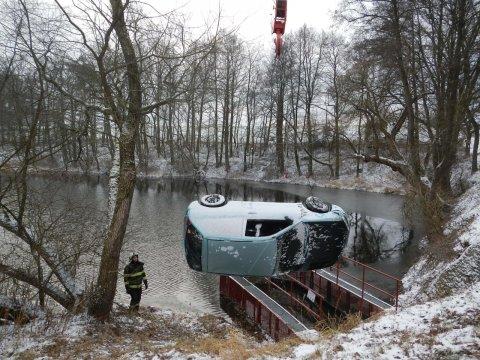 V Jihočeském kraji se stalo 16. ledna 2018 přes 30 nehod. Jedno z aut skončilo v rybníce nedaleko Sudoměřic u Bechyně.
