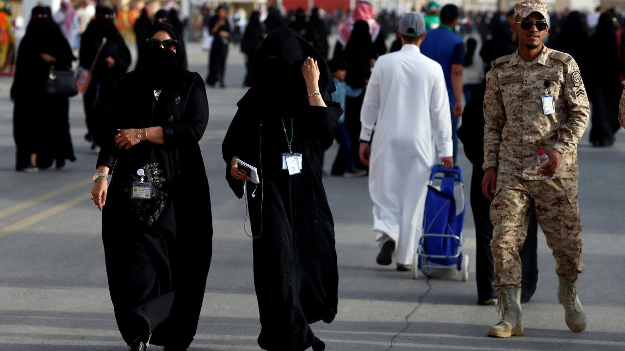 Ženy v Saúdské Arábii mohou nově podávat přihlášky do armády. Má to ale háček. Jejich opatrovník, tedy manžel, otec, či bratr, musí žít ve stejné provincii, jako chce žena sloužit.