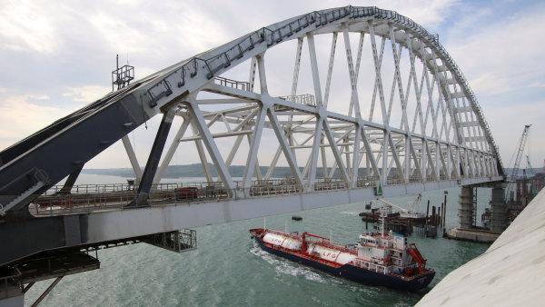 Most spojující Rusko s Krymem je 19 kilometrů dlouhý a jeho stavba vyšla v přepočtu na 80 miliard korun.