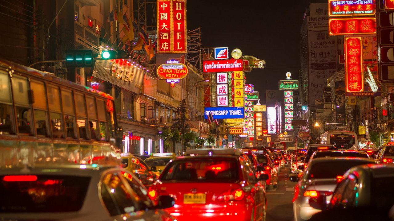 Zájem o nová auta v Číně klesá již rok.