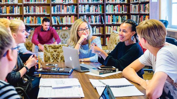 Studenti v knihovně