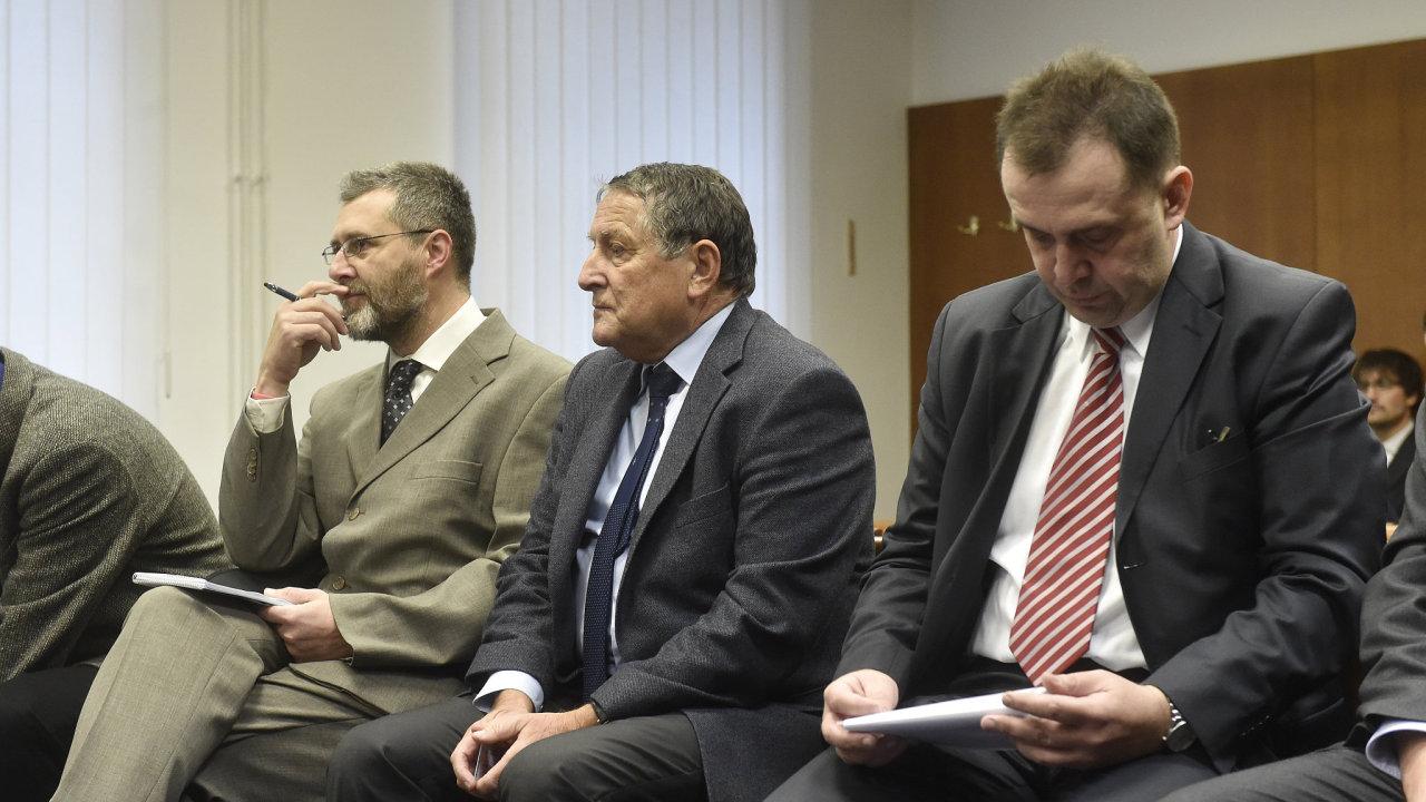 Vrchní soud snížil trest soudci Berkovi i většině obžalovaných. Na snímku Petr Tuhý, Pavel Hlavatý a Karel Melichar.