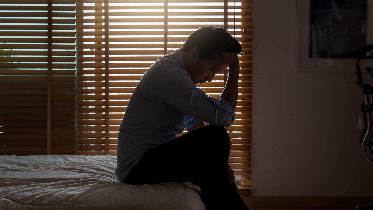 Jak začít život? Mladý člověk zatížený dluhy, které sám sobě nezavinil, může nést psychické následky celý život.