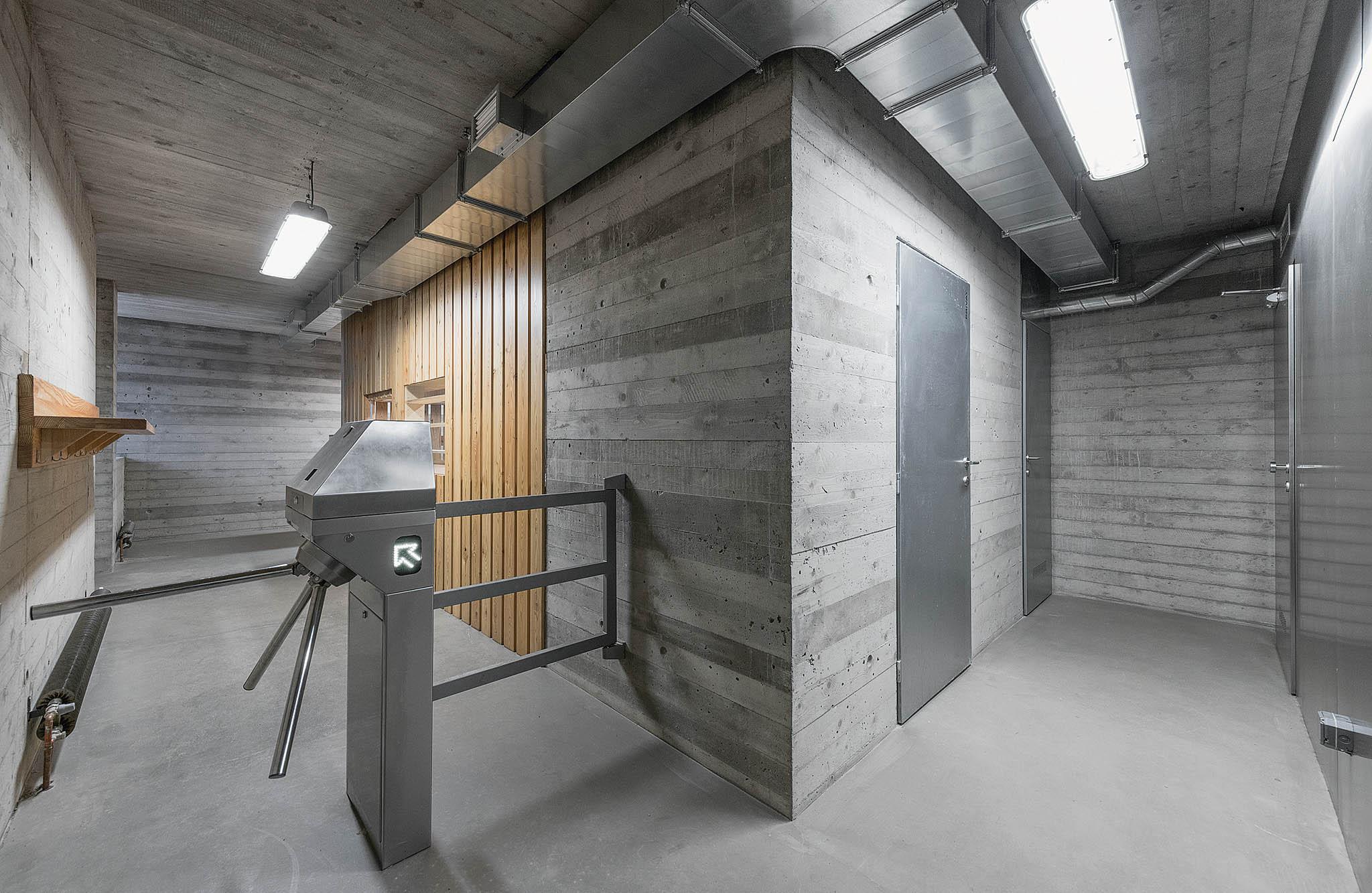 Budova musela zahrnovat všechny věci, které investor požadoval, tedy restauraci, toalety, bufet imožnost přespání.
