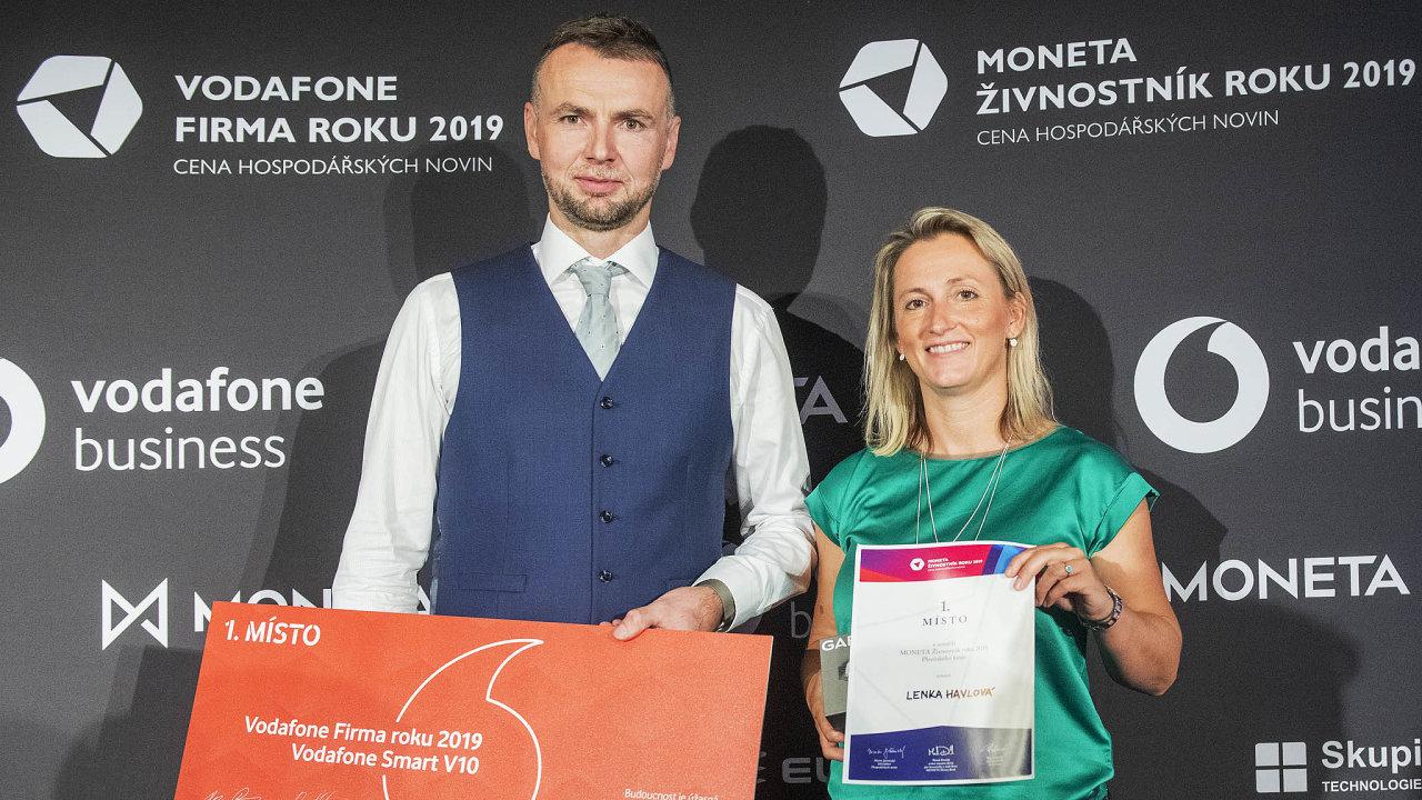 Firmou roku vPlzeňském kraji se stala Pešek Machinery, založená podnikatelem Michalem Peškem (vlevo). Cenu Živnostník roku převzala Lenka Havlová, která vyrábí sušenky bez přidaného cukru.