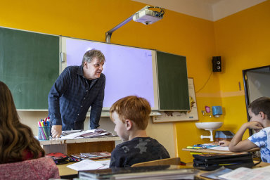 Devět hodin sředitelem. Martin Lukeš má nasamotné učení čas devět hodin vtýdnu. Administrativní práce mu zabírají tolik času, kolik za19 let natomto postu nezažil.