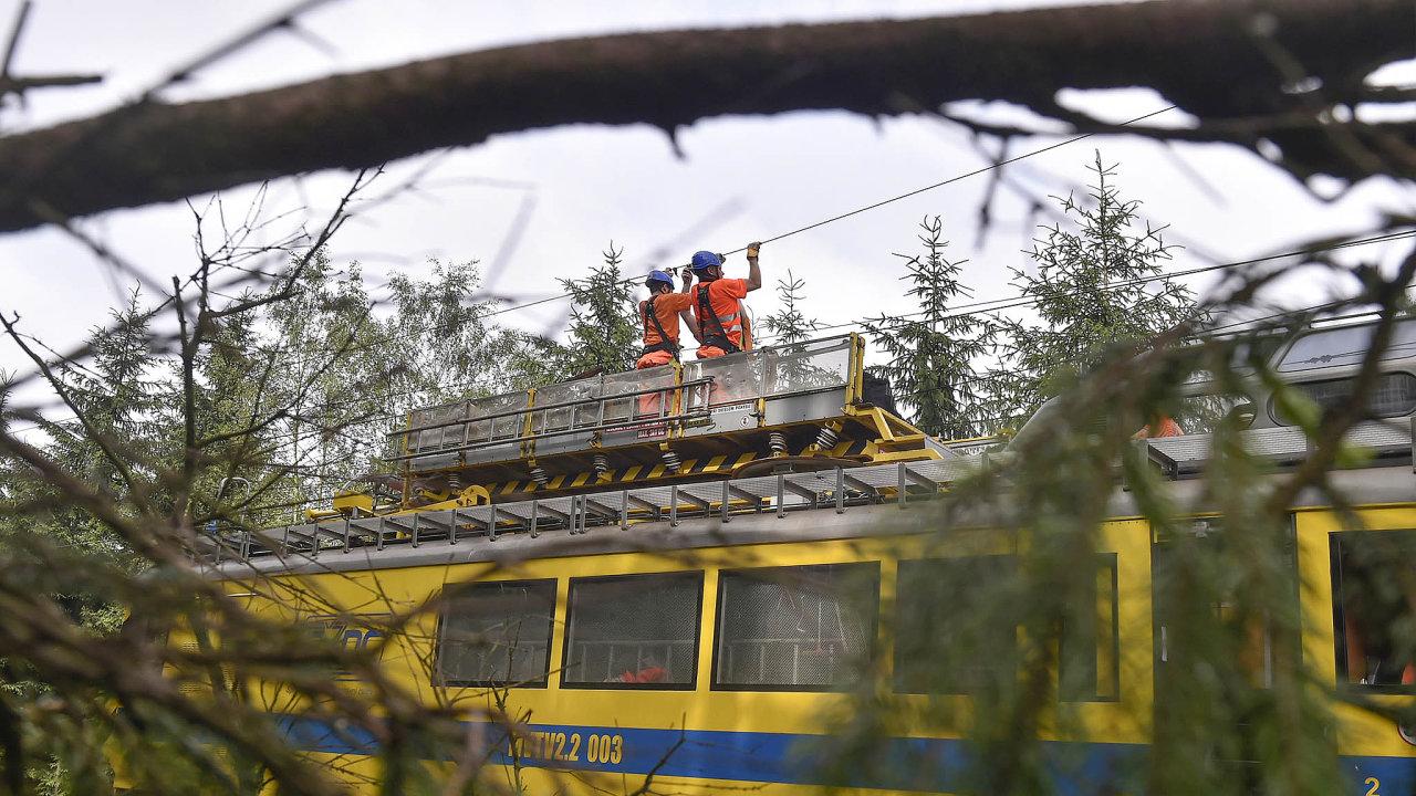 Pryč spřekážkou. Stromy už budou moci železničáři likvidovat ztratí snadněji.