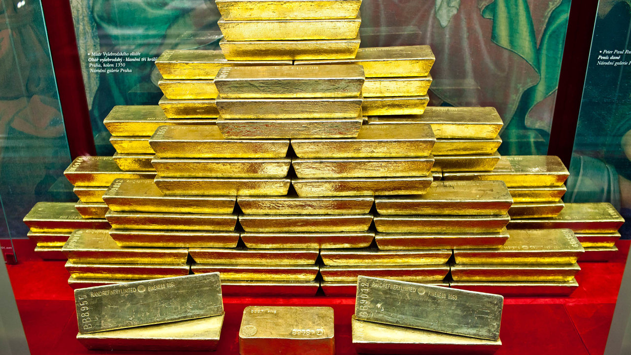 Tuna zlata. Českánárodní banka zbytek svého zlatého pokladu rozprodává, atak cenný kov zjejích devizových rezerv už prakticky zmizel.