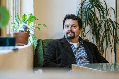Obrovský úspěch románů Aleny Mornštajnové je srovnatelný sohlasem, který provází knihy Michala Viewegha. Nejméně tři přesáhly vprodejích stotisícovou hranici.