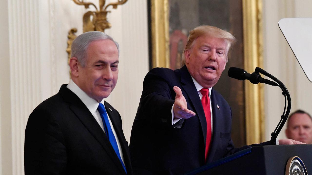 Americký prezident Donald Trump vúterý oznámil, že jeho mírový plán pro Blízký východ nabízí realistické řešení vpodobě vytvoření nezávislé Palestiny poboku Izraele.
