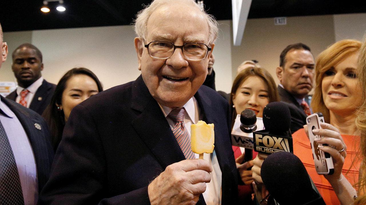Warren Buffett se vminulosti investicím dotechnologických firem bránil, poprvé nakoupil cenné papíry Applu vroce 2016. Teď vněm drží jeho konglomerát podíl v hodnotě přes 100 miliard dolarů.