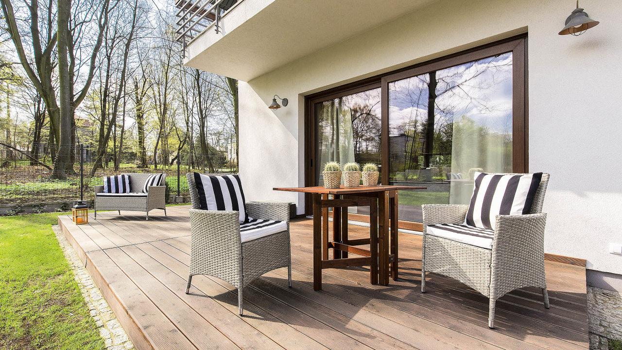 V obkladech dominují moderní materiály a dřevo.