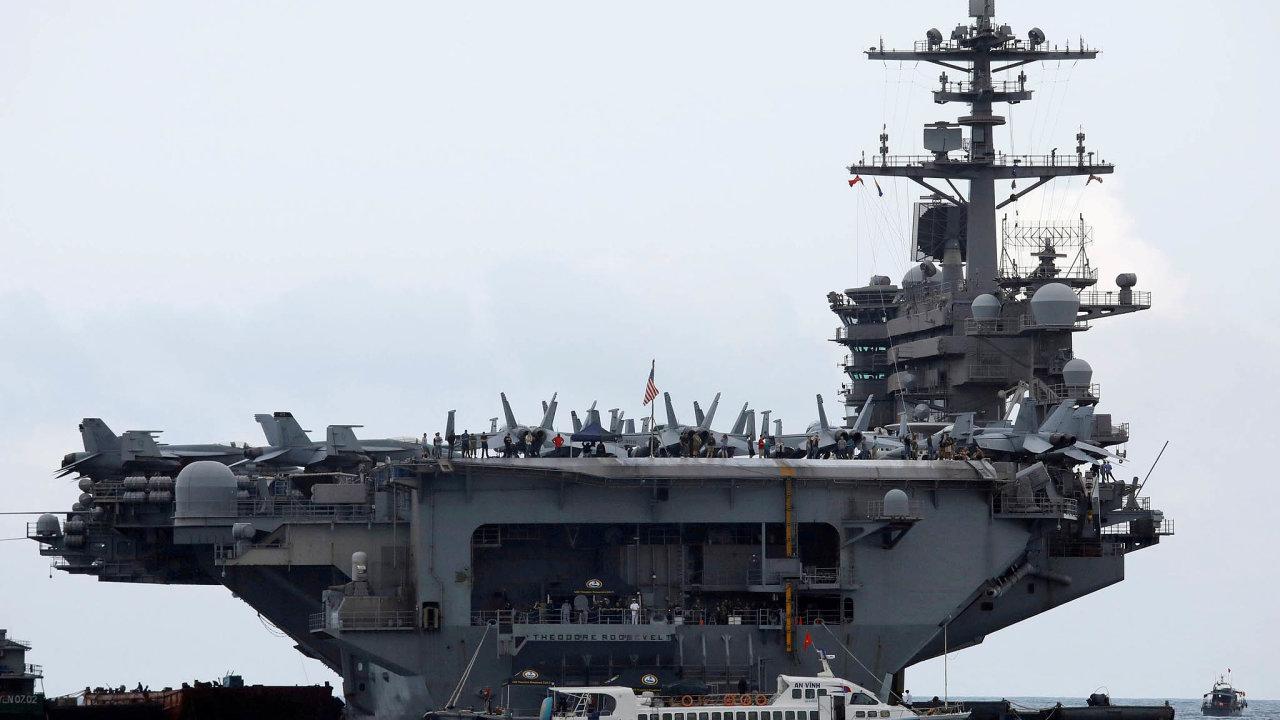 USS Theodore Roosevelt. Letadlová loď třídy Nimitz byla spuštěna navodu vroce 1984. Napalubě může nést devadesát letadel avrtulníků.