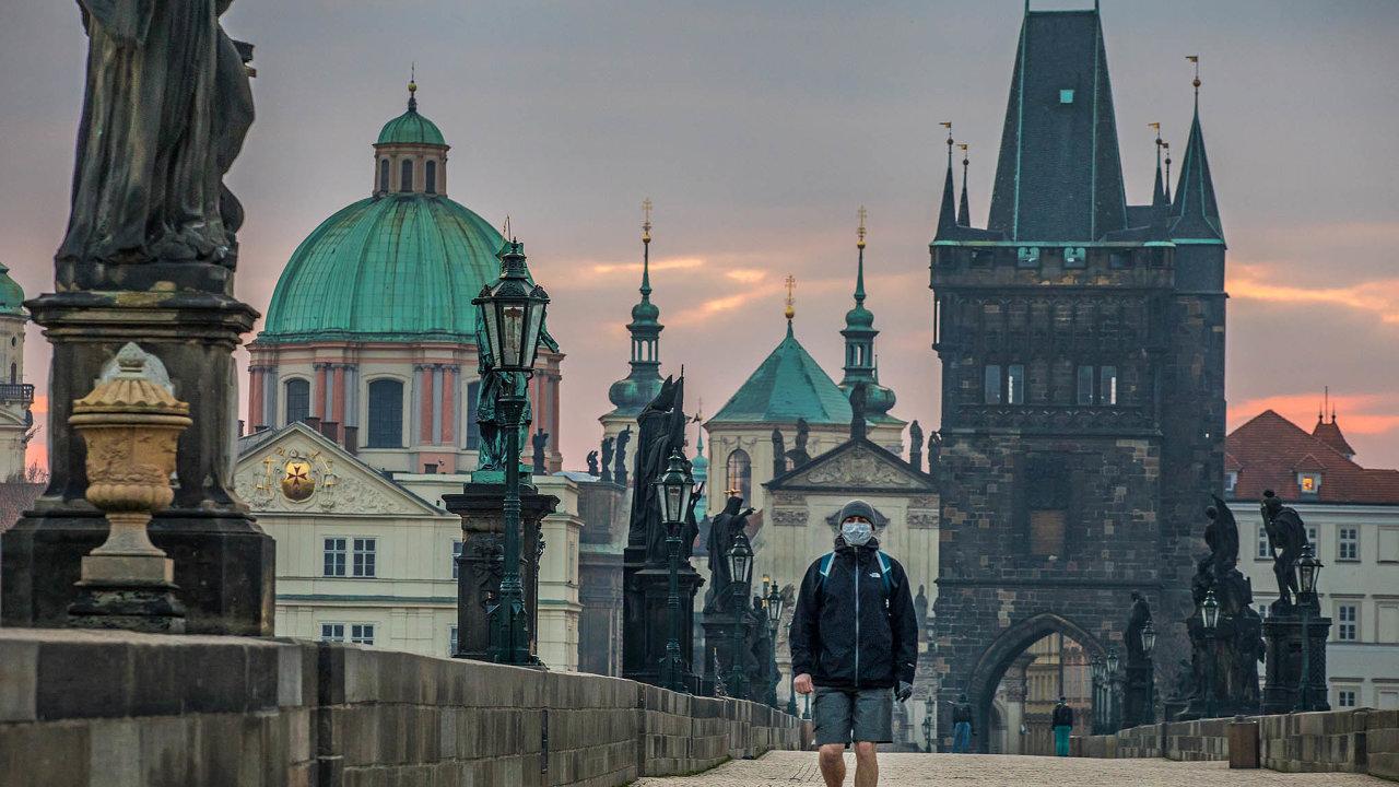 Z historického centra Prahy úplně vymizeli turisté, restaurace jsou kvůli koronaviru zavřené. Pro podnikatele závislé na cestovním ruchu, je tato kombinace smrtící.