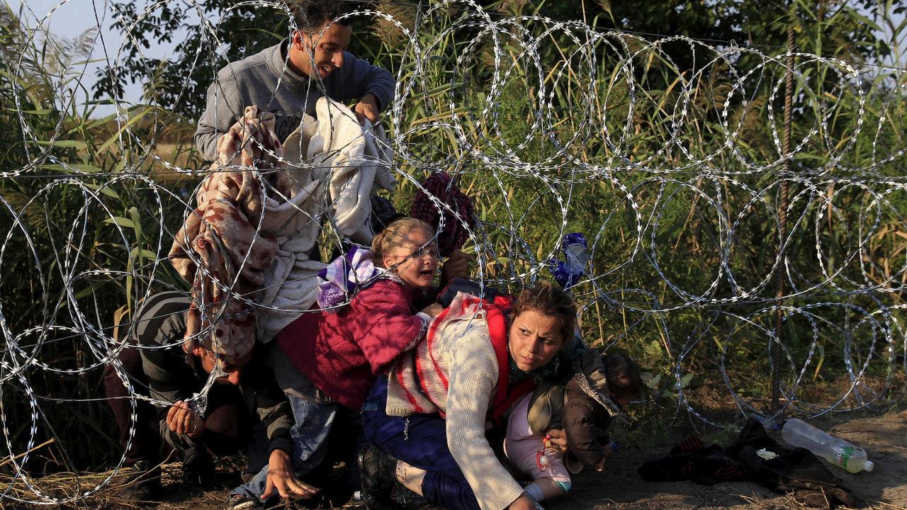 Soudní dvůr EU rozhodl, že přístup Maďarska kběžencům zadrženým nahranicích se Srbskem (snímek zroku 2015 zachycuje syrské uprchlíky uhraničního přechodu Röszke) je vmnoha ohledech nezákonný.