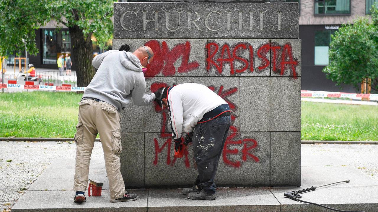 Vhledáčku sprejerů. Praha 3 ve čtvrtek nechala zesochy Winstona Churchilla odstranit nápis, že byl rasista. Podobný text se vneděli objevil ina státníkově soše vLondýně.