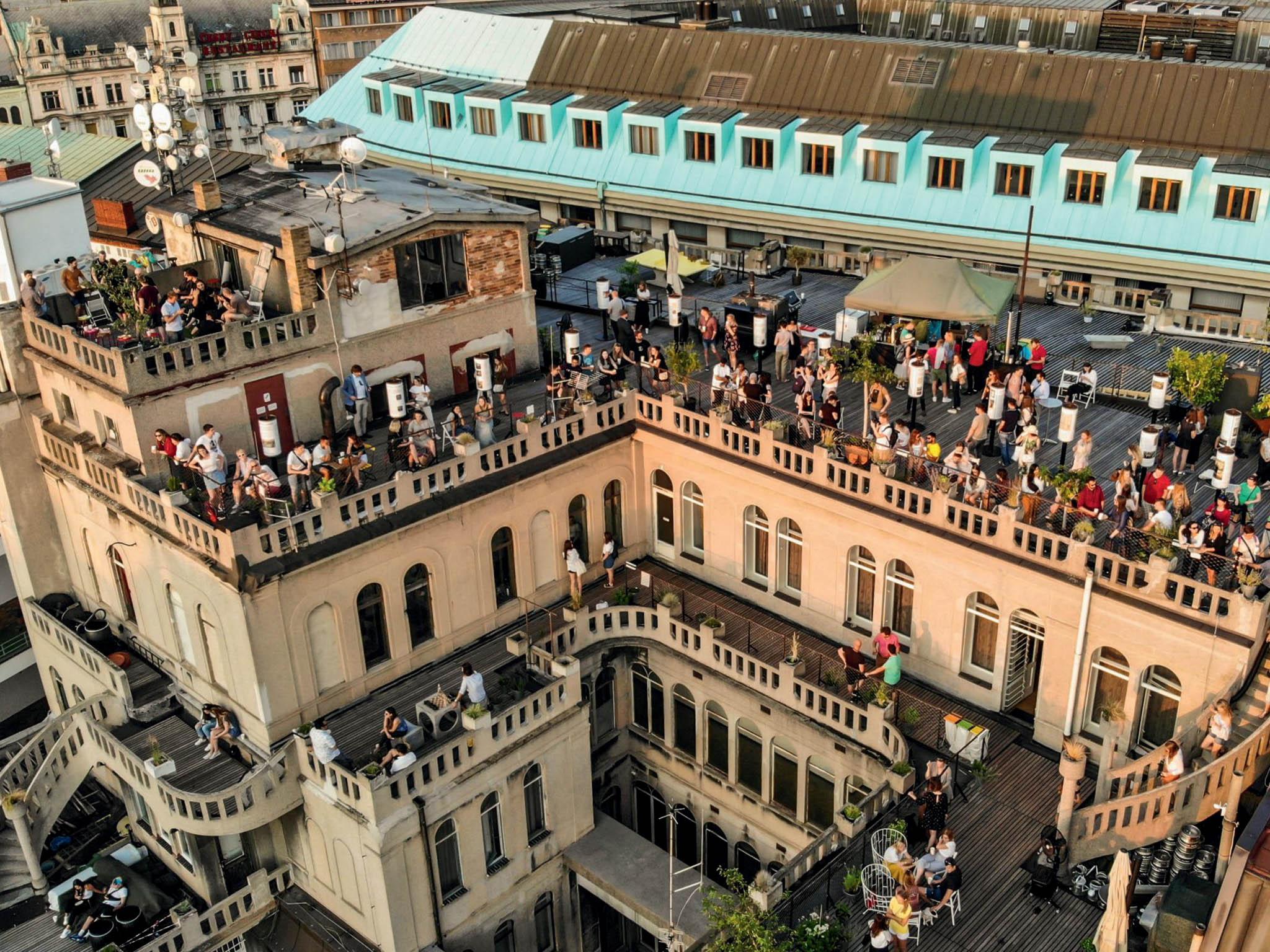 Střecha Lucerny bude letos otevřená celých 69 dní. Bude možné zní sledovat 69 západů slunce, které budou oslaveny 69 hudebními vystoupeními.