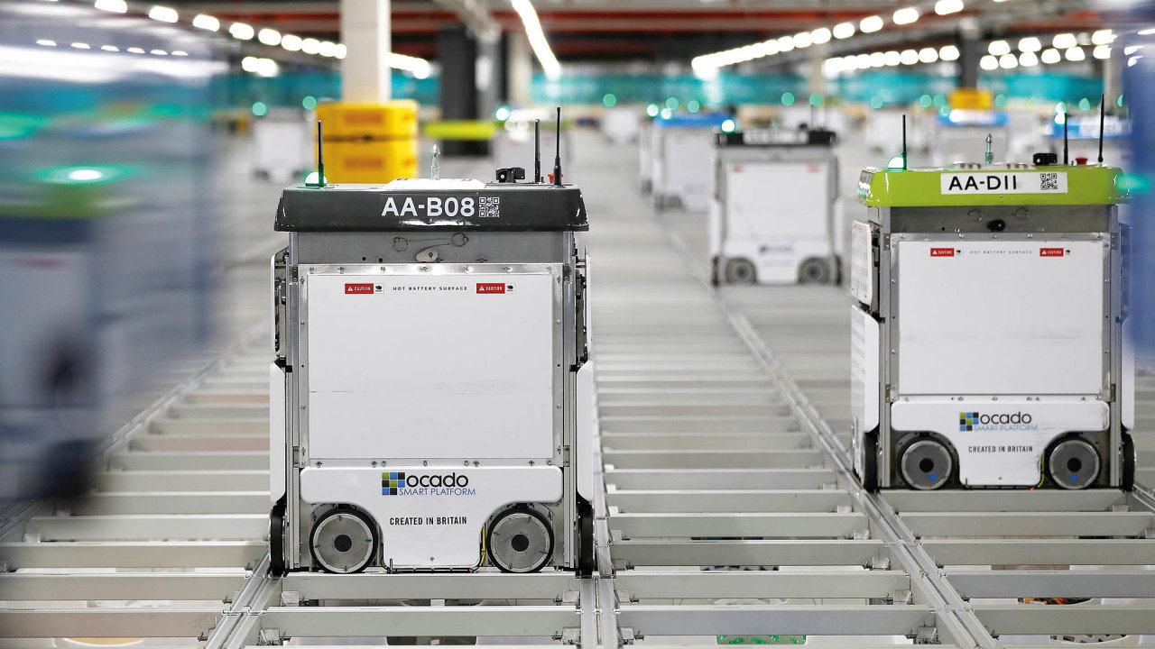 Roboti velcí jako kancelářské kopírky se veskladu pohybují rychlostí čtyři metry zasekundu.
