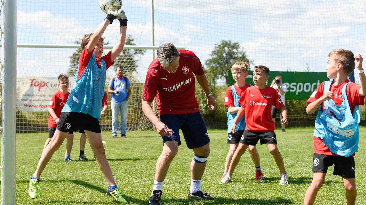 Pomoc dětem: Návrh zákona počítá stím, že nanově zřízeného dětského ombudsmana by se mohli obracet nejen samotné děti ajejich rodiče, ale třeba iučitelé nebo trenéři sportovních klubů.