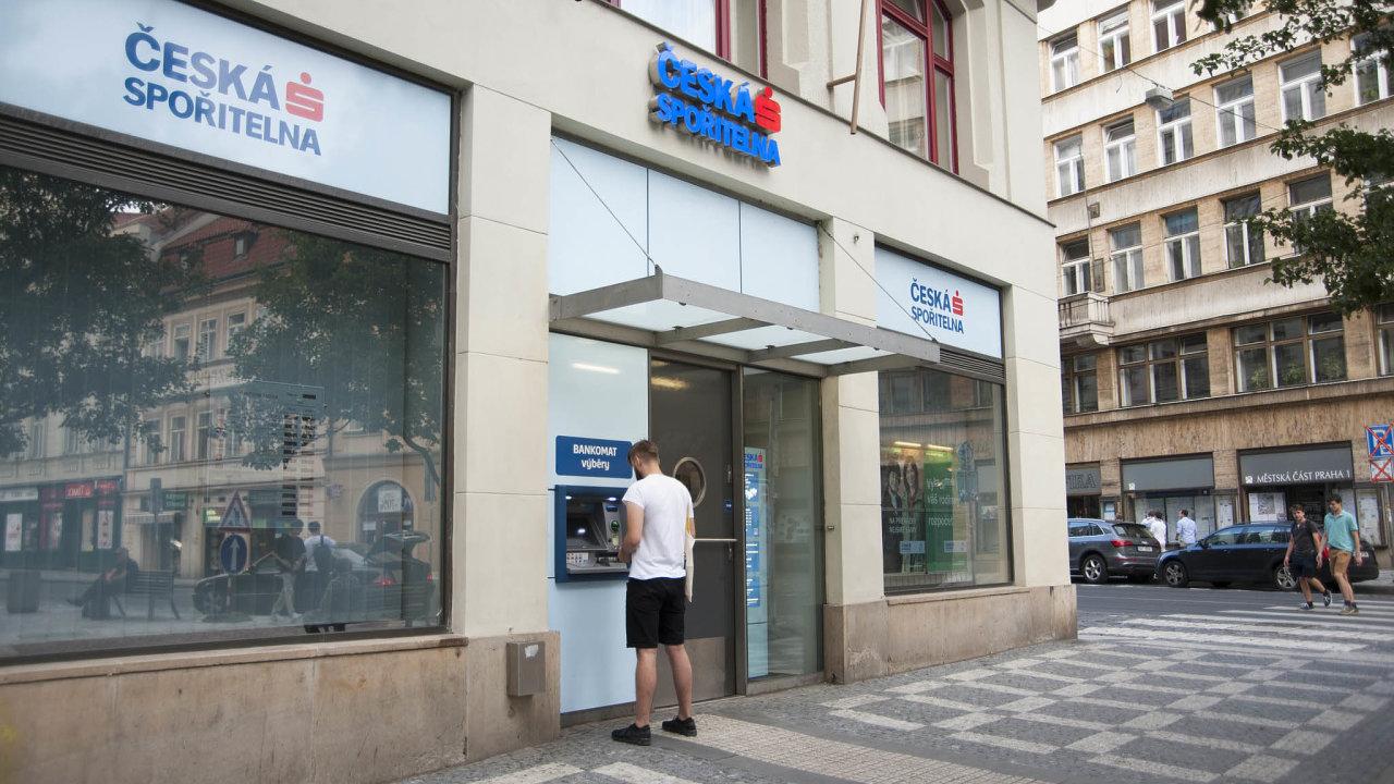 Akcie největší české banky meziročně klesly. Česká spořitelna je součástí rakouské skupiny Erste Bank, jejíž cenné papíry odzačátku roku odepsaly okolo 40procent hodnoty.