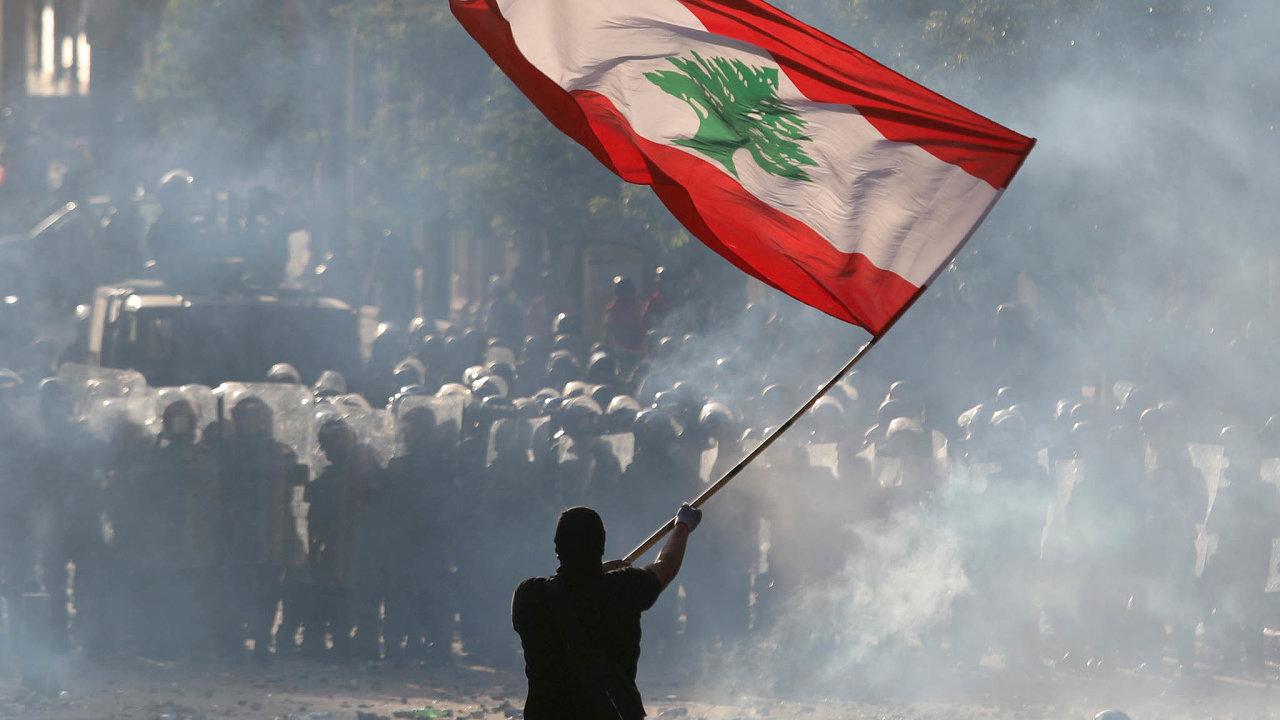 Nepokoje v ulicích: VLibanonu propukly protivládní protesty. Demonstranti tvrdí, že politici by měli být potrestáni zanedbalost, avyzvali vládu kdemisi.