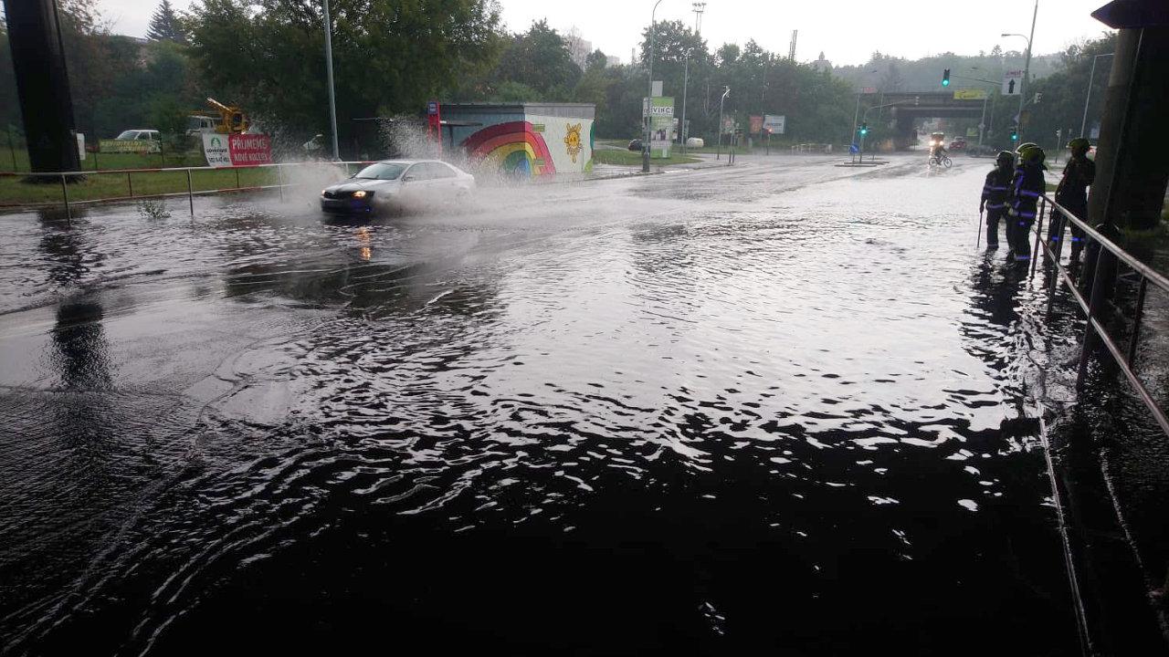 Prahu zasáhla 14. srpna odpoledne silná bouřka a vydatný déšť. V ulici V podzámčí se vytvořila laguna, kterou odčerpávali hasiči.