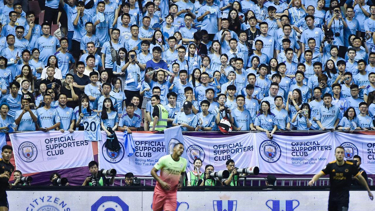 Asijský trh je pro Premier League zpohledu sledovanosti největší. Nasnímku finálový zápas Premier League Asia Trophy 2019 mezi Manchesterem City aWolverhampton Wanderers včínské Šanghaji.
