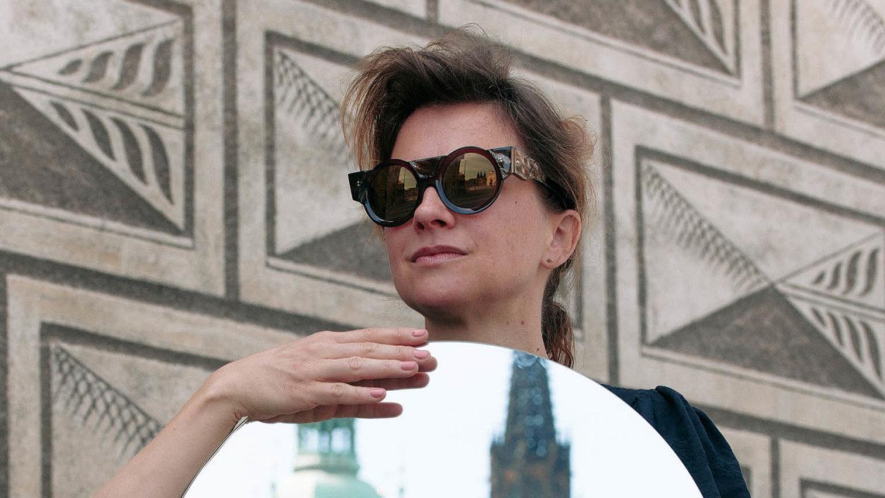 Kampaň Brýle pro první českou prezidentku zachytil fotograf Vojtěch Veškrna. Kolekce obsahuje pětici brýlí – ctností: spravedlnost, statečnost, umírněnost, láska amoudrost.